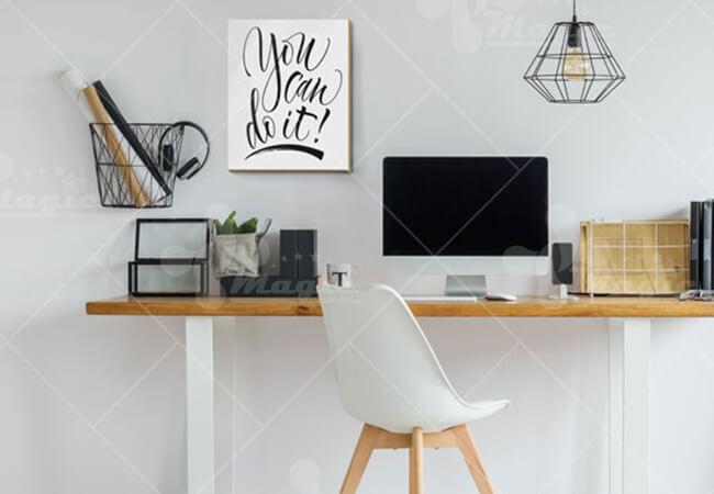 Treo tranh động lực bên cạnh bàn làm việc